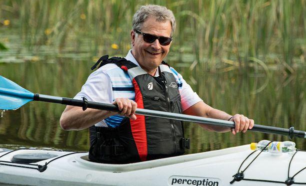 Viime kesänä Sauli Niinistö meloi Kokemäenjoen suistossa.