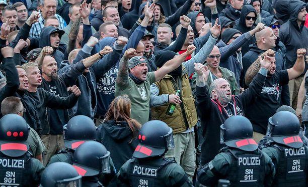 Äärioikeiston kannattajat ovat osoittaneet mieltään Chemnitzissä sunnuntaista lähtien.