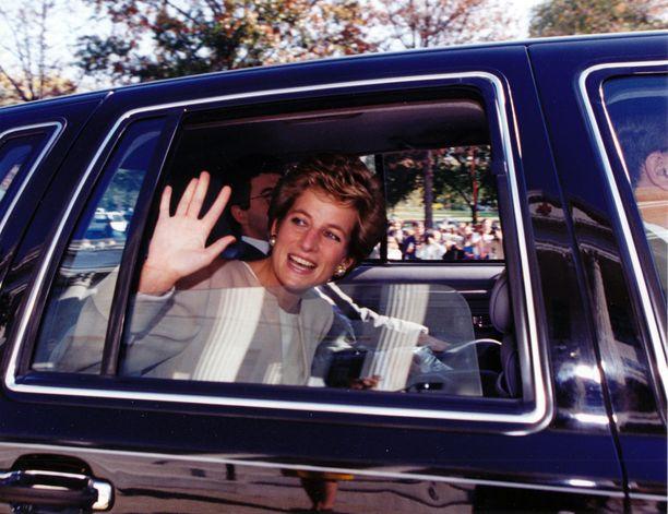 Diana vilkuttelemassa autosta syksyllä 1994 eli kolme vuotta ennen kuolemaansa.