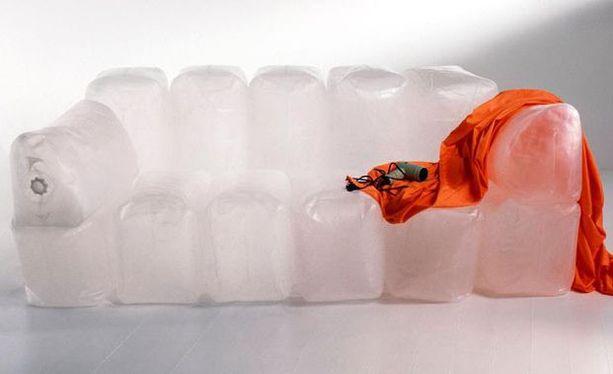 Sohva neuvottiin täyttämään tukankuivaajalla. Se sulatti usein muovin.