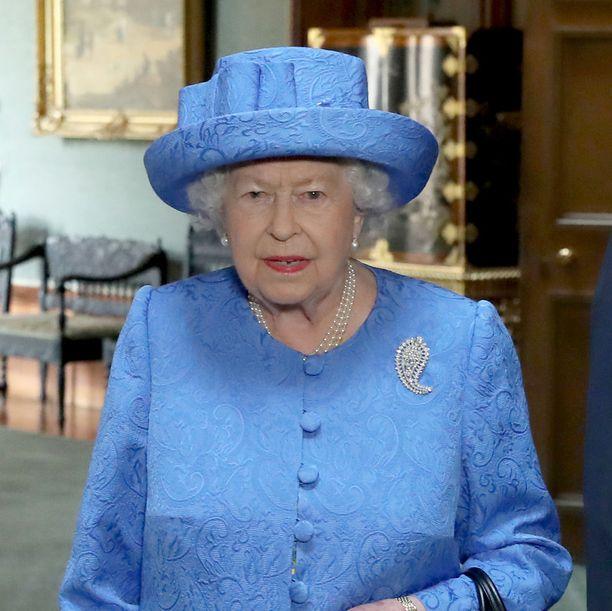 Kuningatar Elisabetin äidiltään perimä rintaneula kuvastaa suurta surua.