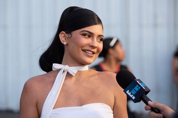 Kylie Jenner tunnetaan Kardashianit-sarjasta ja kosmetiikkamerkistään, joka on ollut jättimenestys.