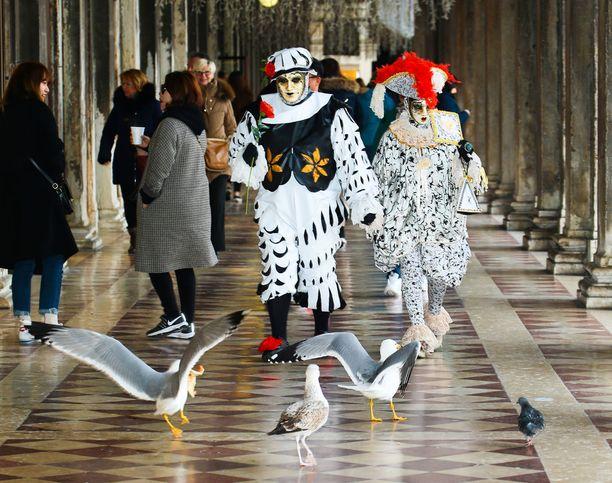 Karnevaalin aikaan nähtävää on muuallakin kuin kaduilla. Esimerkiksi erilaisissa museoissa on teemaan liittyviä näyttelyjä.