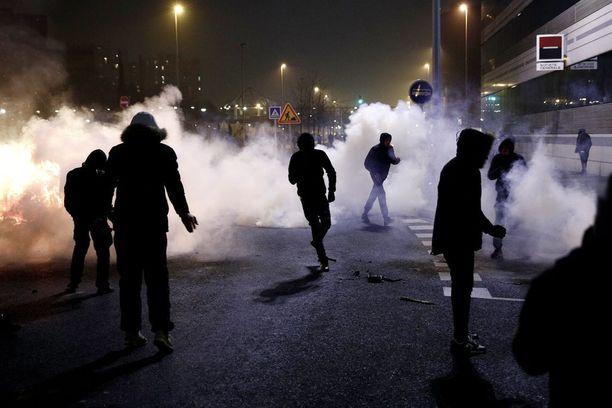 Pariisin poliisi käytti kyynelkaasua mielenosoituksen lopettamiseksi Bobignyn lähiössä.