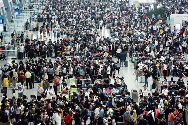 Hangzhoun asemalla Itä-Kiinassa ei enää kiinnitetty huomiota turvaväleihin.