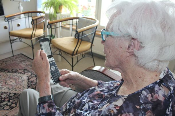 Anja Relander tutkii puhelimellaan Facebookia useita kertoja päivässä.