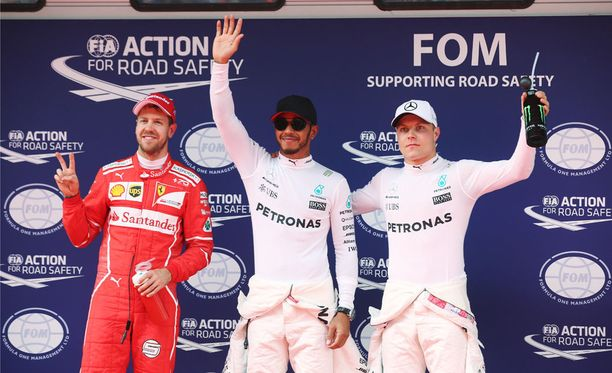 Valtteri Bottas (oik). oli aika-ajossa paljon lähempänä Sebastian Vetteliä (vas.) kuin tässä kuvassa.