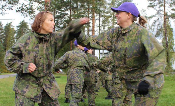 Anita Hyttinen (vas.) ja Jonna Gerlander harjoittelivat itsepuolustusta.