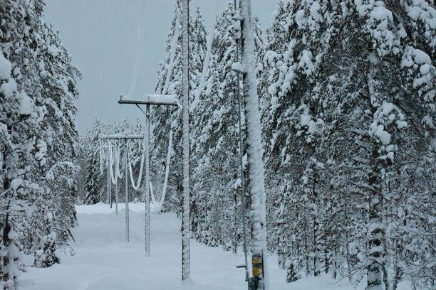 Sähkölinjoille kertyvä lumi on aiheuttanut sähkökatkoja Kainuussa jo viikon ajan.