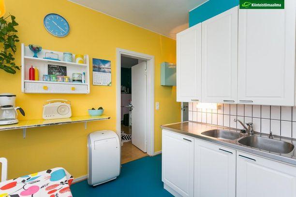 Valkoinen keittiö muuttuu hetkessä tunnelmaltaan omintakeisemmaksi, kun lattia ja seinät ovat värikkäät. Väreistä sininen ja keltainen ovat takuulla erottuva parivaljakko.