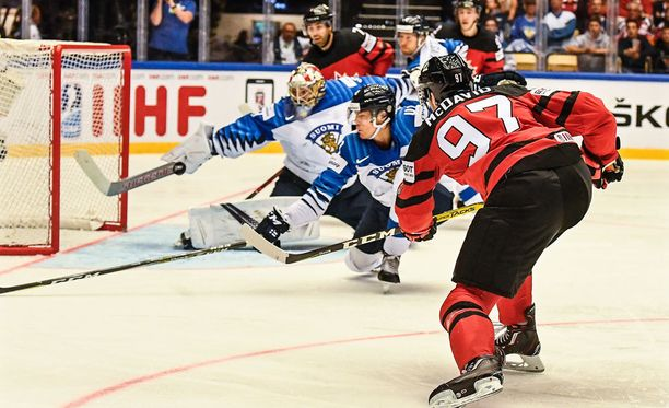 Connor McDavid oli lähellä maalintekoa Sakari Mannisen jäähyn aikana, mutta puolustaja Miro Heiskanen ehti torjua mailan varrella kanadalaisen laukauksen kohti jo tyhjänä ammottanutta Suomen maalia.