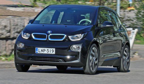 1. BMW i3 -sähköauto. Autoon saa myös range extenderin eli pienen polttomoottorin akkua lataamaan.