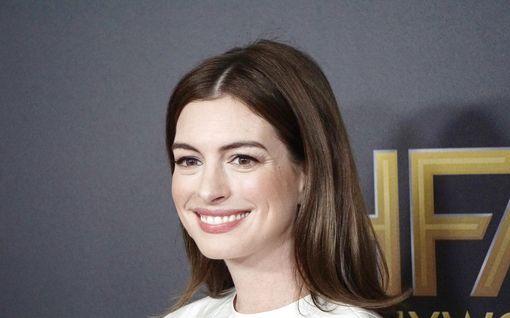 """Anne Hathaway paljastaa erikoisen mokan suosikkielokuvan kuvauksista: """"Se oli hurmaava hetki"""""""