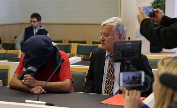 Kainuun käräjäoikeus vangitsi syyskuussa kaksi irakilaismiestä todennäköisin syin epäiltyinä taposta ja kahdesta ryöstöstä.