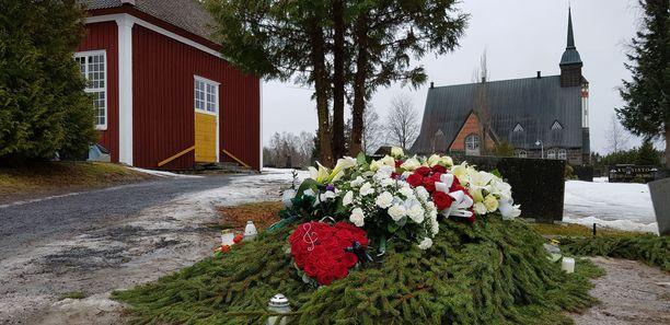 Omaiset ja ystävät saattoivat Olli Lindholmin viimeiseen leposijaan Pomarkun hautausmaalle yli kaksisataavuotiaan vanhan kirkon äärelle.