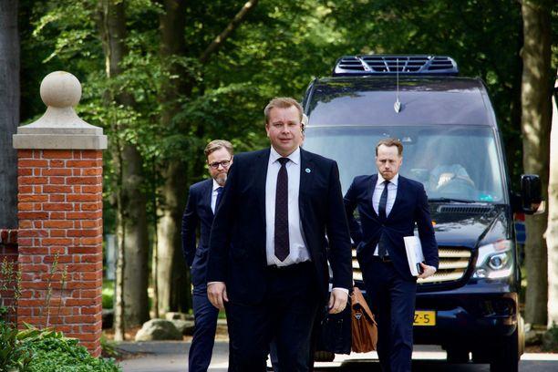 Suomi neuvottelee hävittäjähankinnoista puolustusministeri Antti Kaikkosen (kesk) johdolla.