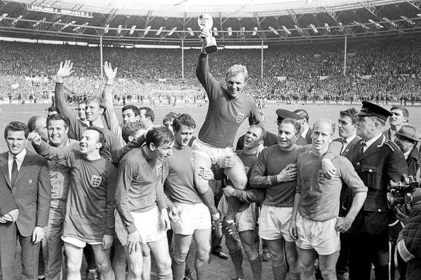 Bobby Moore nosti MM-pokaalin Wembleylla 52 vuotta sitten.