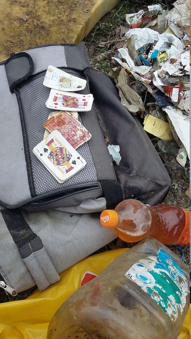 Hämeenlinnan Tiiriön kaatopaikaksi muuttuneelta alueelta löytyy muun muassa täysinäisiä virtsapulloja ja pelikortteja.