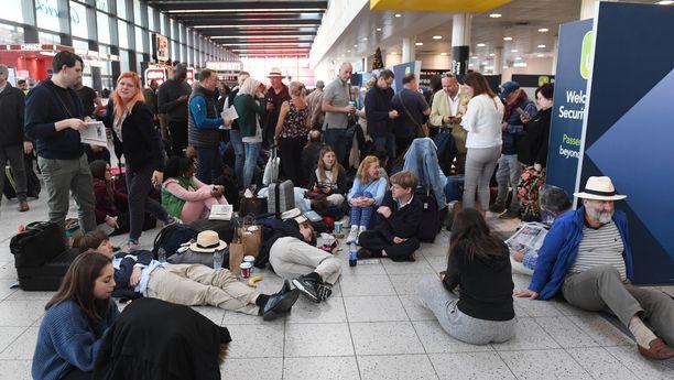 Kentällä oli yli 100 000 matkustajaa, jotka odottivat lähtöä joululoman viettoon.