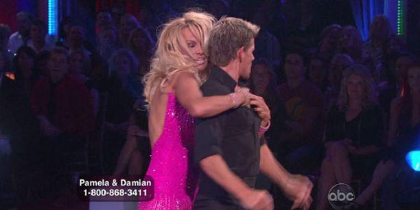 Pamela riuhtaisi tanssiparinsa ylävartalon paljaaksi.