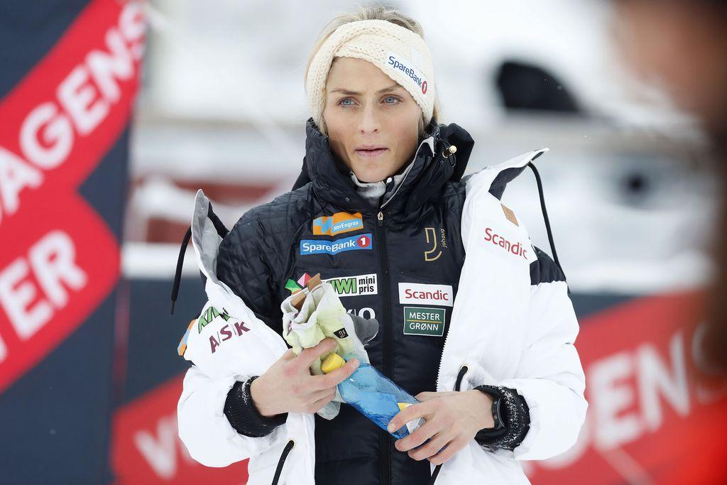 Johaug edusti Beitostölenissä oman vaatemerkkinsä takissa. Hiihtäjien kisa-asuissa saa olla kaksi henkilökohtaista sponsoripaikkaa maajoukkueen mainospaikkojen lisäksi.