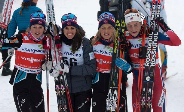 Ingvild Flugstad Östberg (vas.), Heidi Weng, Therese Johaug ja Astrid Jacobsen nappasivat viestivoiton Nove Mestossa sunnuntaina.