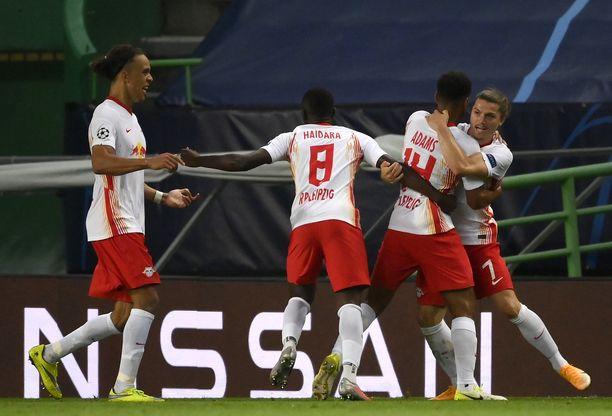 RB Leipzig juhlii Tyler Adamsin (toinen oik.) 88. minuutilla ampumaa voittomaalia.