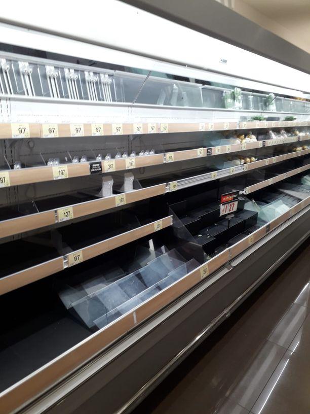 Markettien hyllyt ovat tyhjentyneet kiihtyvällä tahdilla Tokiossa.
