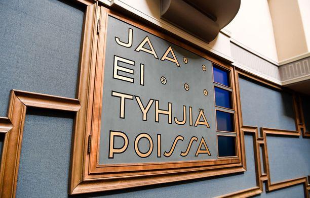 Helsingin ja Uudenmaan vaalipiirin ulkopuolelta valitut kansanedustajat joutuvat jatkossa toimittamaan eduskunnalle virallisen todistuksen kakkosasunnostaan.