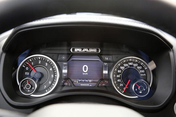Hiukan ahdetussa nopeusmittarissa on kaksi mitta-asteikkoa, mutta onneksi nopeuden saa infonäyttöön.