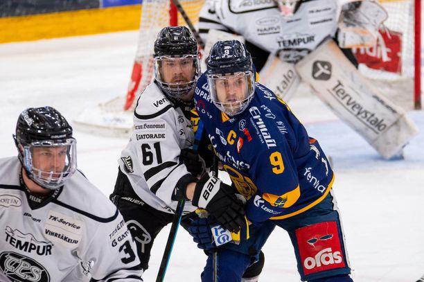 Juhani Jasu (vas.) painii Lukon kapteeni Heikki Liedeksen kanssa.