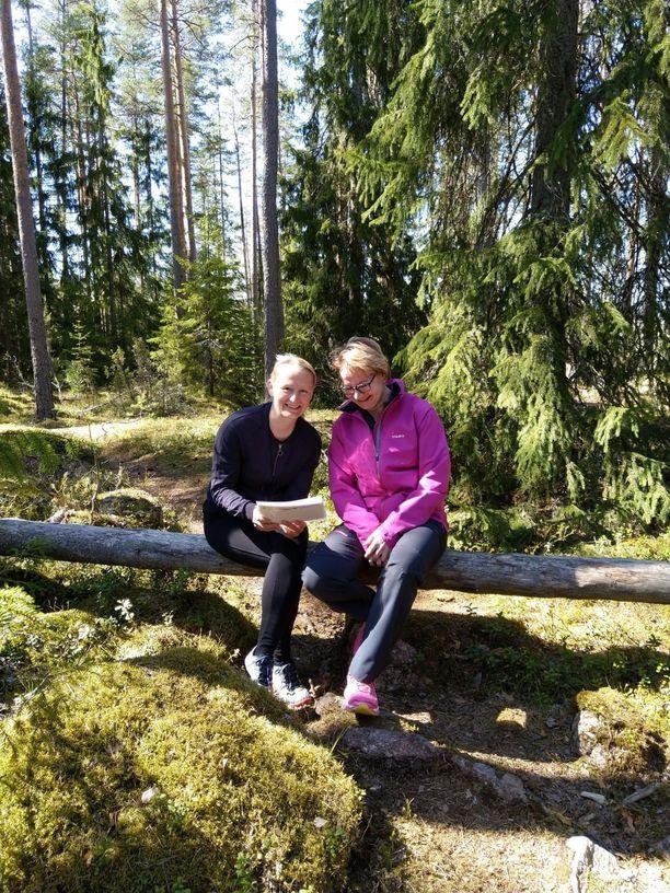 Luokanopettaja Heli Heikkilä (vas.) suosittelee opiskelua luonnossa. Kuvassa myös koulunkäyntiavustaja Sari Sampo.
