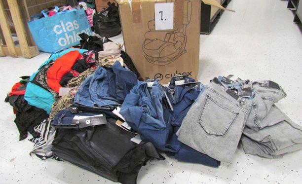 Poliisi on takavarikoinut satoja kiloja varastetuiksi epäiltyjä vaatteita.