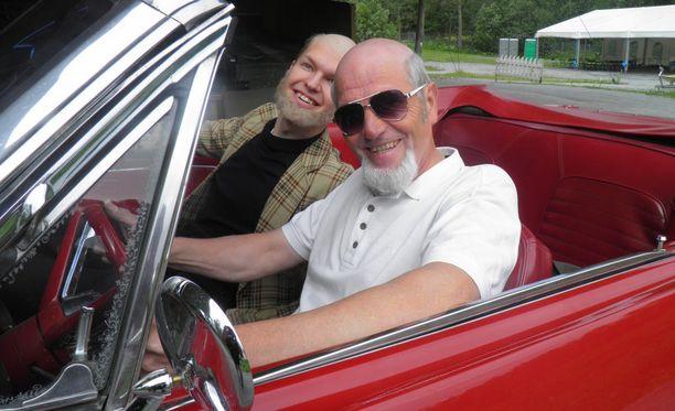Nuori Pertti (Lauri Ouick) ja vanha Pertti (Jouko Partanen) testaavat legendaarista Ford Mustangia, jolla Spede herätti huomiota 60-luvulla.