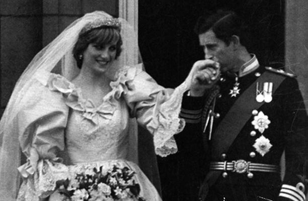 TÄMÄN MUISTAVAT KAIKKI. Prinsessa Dianan tarkoin seuratusta elämästä tihkuu uutta tietoa vielä pitkään hänen kuolemansa jälkeenkin.