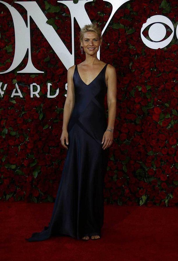 Näyttelijä Claire Danesin yksinkertaisen elegantissa iltapuvussa näkyvät ajankohtaiset lingerie-vaikutteet.