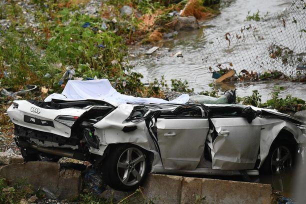 Sillan mukana pudonnut auto on romuttunut täysin.