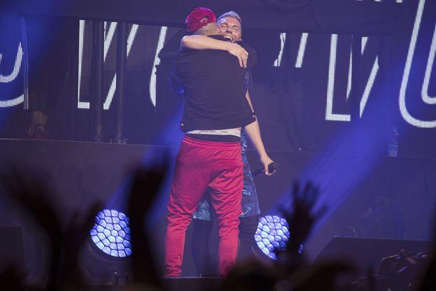 Tähtiesiintyjät saivat halauksia toisiltaan.