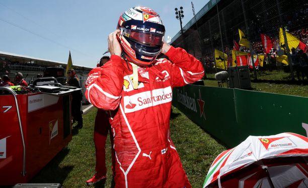 Kimi Räikkönen esiintyi edukseen kisan ensimmäisillä kierroksilla.
