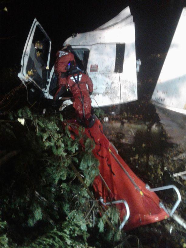 Kuljettaja saatiin pelastettua.