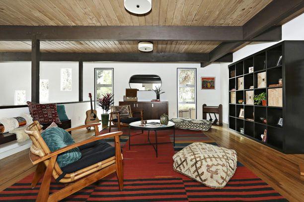 Boheemia ilmettä omaan kotiin? Suuret lattiatyynyt käyvät nojatuoleista. Oikealla seinällä koreilee Ikea-hylly.