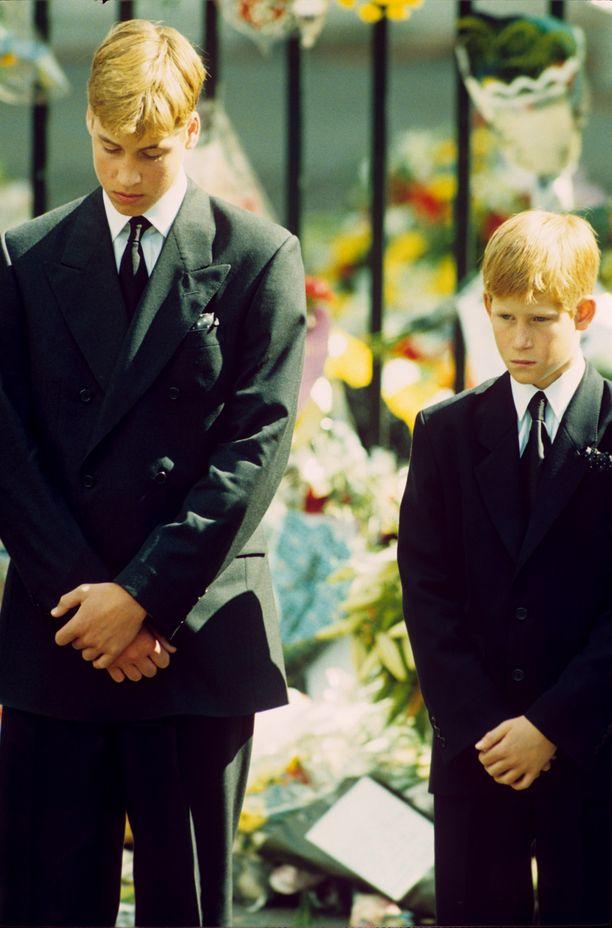 Pieni prinssi Harry isoveljensä prinssi Williamin vieressä Diana-äidin hautajaisissa.