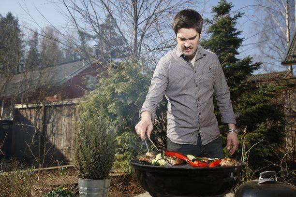 Henri Alén sanoo, että jos punaisen lihan grillaaminen jännittää, kannattaa valita broileria. Sen kanssa on vaikeaa epäonnistua.