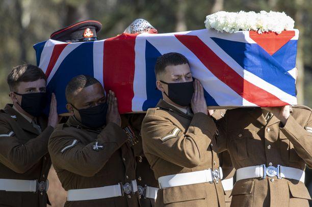 Sotilaat kantoivat Sir Tom Mooren arkkua.