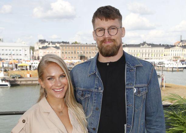 Eevi Teittinen ja Teemu Packlén saavat jouluna vauvan.