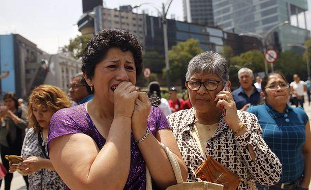 Tuhannet ihmiset ovat tulleet kaduille ulos rakennuksista maanjäristyksen vuoksi Mexico Cityssä.