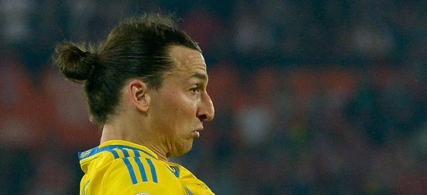Zlatan pelasi vielä viime viikonloppuna tutussa samurai-kampauksessa.