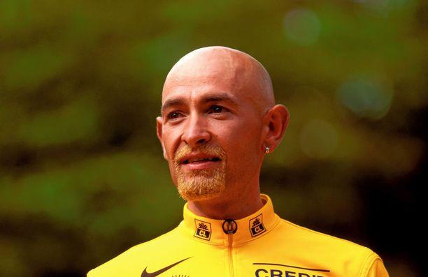 Marco Pantani juhli Tour-voittoa 20 vuotta sitten keltaiseksi värjätyn parran kanssa.