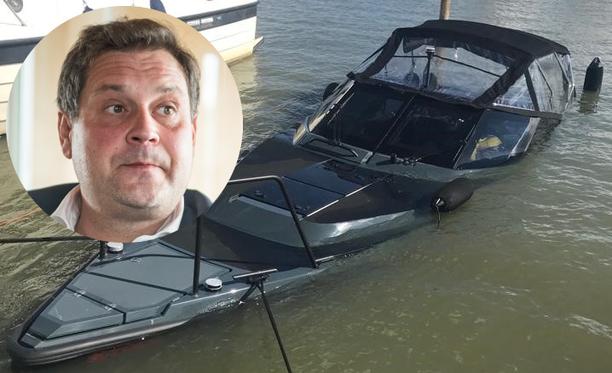 Jethron luksusvene upposi laiturissa ollessaan. Ketään ei ollut kyydissä.