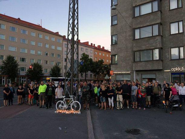 Kohtalokas auton ja polkupyöräilijän törmäys tapahtui viime elokuussa Helsingin Töölössä. Todistajan mukaan sekä pyöräilijä että autoilija olivat ajotilanteesta päätellen selvästi provosoituneita.
